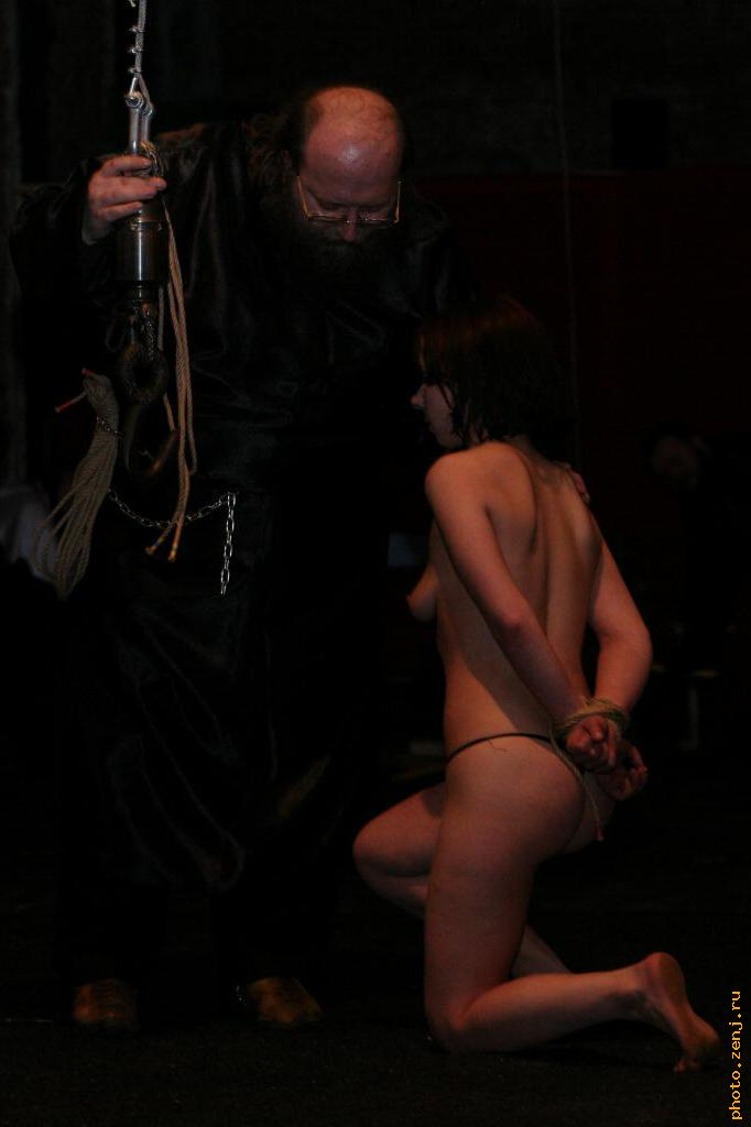 http://photo.zenj.ru/gl/120324_Alice_BDSM_Castle/IMG_6171.jpg